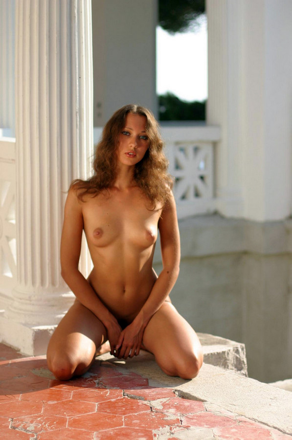 Tall Crimean bauty posing naked in..